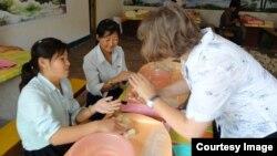 독일의 대북 구호단체 '투게더-함흥'이 북한 내 농아학교에서 펠트 공예 기술을 전수하고 있다. 사진출처= '투게더-함흥' 웹사이트.