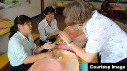 독일의 대북 구호단체 '투게더-함흥' 관계자가 북한 내 농아학교에서 펠트 공예를 가르치고 있다. 사진 제공: '투게더-함흥'.