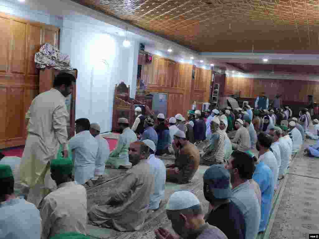 درگاہ پر حاضری کے لیے آئے عقیدت مند عبادات میں مصروف ہیں۔