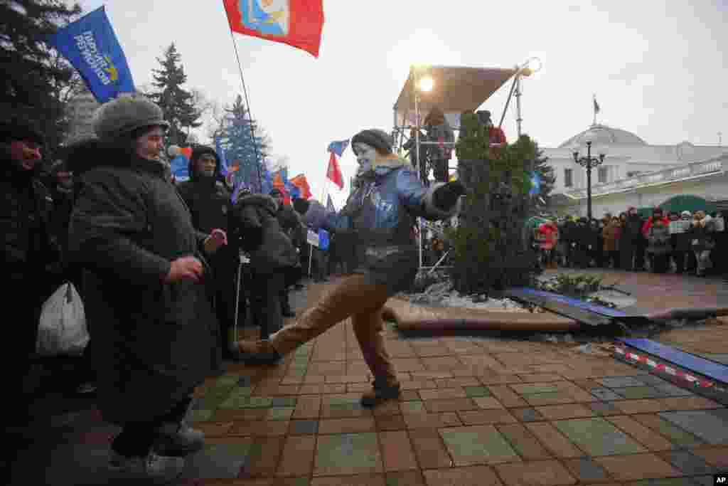 Supporters of President Yanukovych's party of Regions dance as they gather during a rally in Kyiv, Ukraine, Dec. 15, 2013.