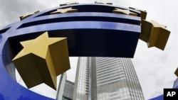 欧洲中央银行加息。该银行门口的欧元标志雕塑