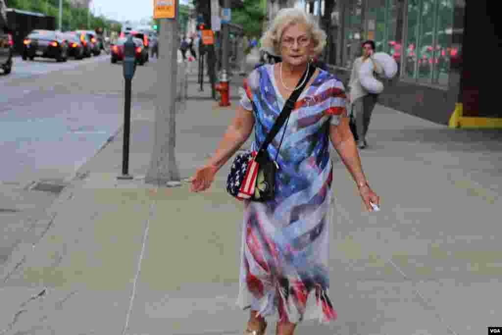این خانم لباسی با تم پرچم آمریکا پوشیده است.