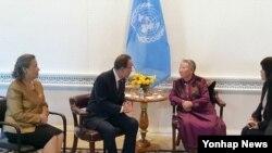 반기문 유엔 사무총장이 11일(현지시간) 미국 뉴욕 유엔본부에서 일본군 위안부 피해자 길원옥 할머니를 만나 이야기하고 있다.