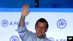 ນາຍົກລັດຖະມົນຕີ ວ່າການພາງຂອງ ສເປນ ແລະ ສະມາຊິກຂອງພັກທີ່ໄດ້ຮັບຄວາມນິຍົມ ທ່ານ Mariano Rajoy ຍົກມືທັກທາຍພວກສະໜັບສະໜູນ ໃນຂະນະທີ່ທ່ານ ສະເຫຼີມສະຫຼອງຜົນຄະແນນຂອງພັກໃນລະຫວ່າງການເລືອກຕັ້ງ ແຫ່ງຊາດທີ່ນະຄອນຫຼວງ Madrid, ປະເທດ ສເປນ. 26 ມິຖຸນາ, 2016.