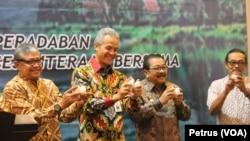 Sekjen KSI Agus Gunawan Wibisono, Gubernur Jawa Tengah Ganjar Pranowo dan Gubernur Jawa Timur Soekarwo saat membuka Kongres Sungai Indonesia di Surabaya, 19 April 2016 (Foto: VOA/Petrus)