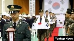 육군 제36보병사단이 28일 강원 평창군 대화문화체육관에서 6·25 전사자 합동영결식을 거행하고 있다.