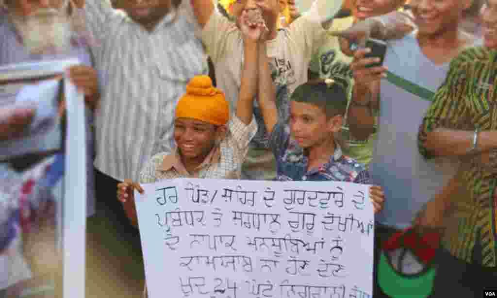 رہنماؤں کا کہنا تھا کہ سکھوں کی مقدس کتاب 'گروگرنتھ' کی بے حرمتی کے واقعے سے پوری دنیا میں سکھ برادری کے جذبات مجروح ہوئے