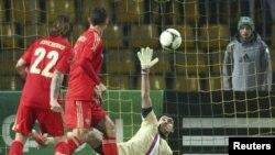 El portero ruso Vladimir Gabulov enfrenta a Mix Diskerud quien anotó para el empate de EE.UU. en Moscú.