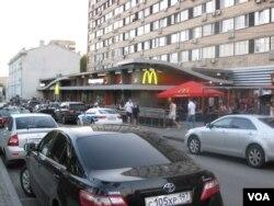 俄美目前分歧太多。位於莫斯科市中心普希金廣場,冷戰結束前夕1990年1月在蘇聯開設的第一家麥當勞店。(美國之音白樺攝)