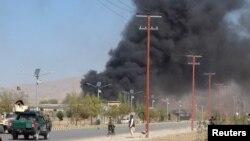 Asap hitam mengepul dari markas besar kepolisian di Gardez, ibukota provinsi Paktia, Afghanistan, sementara pasukan keamanan Afghanistan berjaga-jaga setelah seorang pembom mobil bunuh diri dan orang-orang bersenjata menyerang markas tersebut, 17 Oktober 2017.