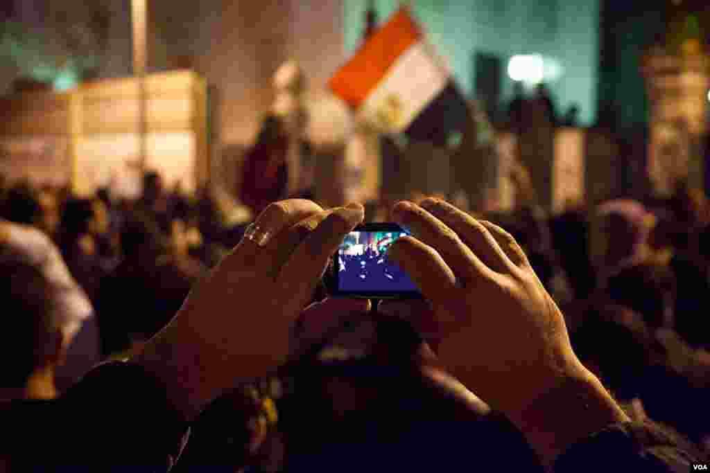 헌법초안 국민두표를 앞두고 찬반 세력의 시위가 계속되는 이집트. 무르시 대통령의 새 헌법 초안에 반대하는 시위대가 카이로 대통령궁을 에워샀다.