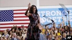 """Obama prometió que ella y su esposo """"continuarán trabajando por el país el resto de sus vidas""""."""