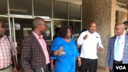 Abamele abenhlanganiso yezisebenzi zikahulumende, abeApex Council bephuma emhlanganweni lomqatshi