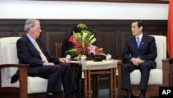 台湾总统马英九星期三接见美国在台协会主席薄瑞光