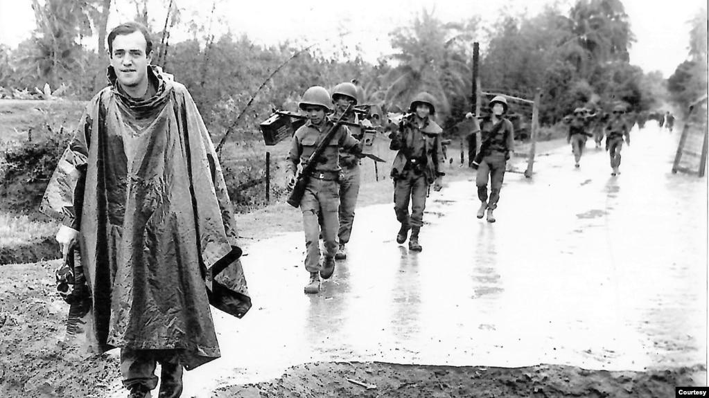 Peter Arnett theo chân những người lính VNCH tại Bồng Sơn, Bình Định vào tháng Tư năm 1965. (Hình: Peter Arnett cung cấp)