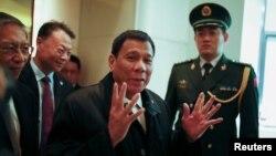 로드리고두테르테필리핀대통령(가운데)이18일 중국 베이징에서 숙소로 사용할 호텔에 도착했다.