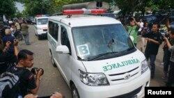 Konvoi ambulans yang membawa peti jenazah bergerak menuju penjara Nusa Kambangan dari dermaga Wijayapura, Cilacap, Jawa Tengah (17/1). (Reuters/Antara/Idhad Zakaria)
