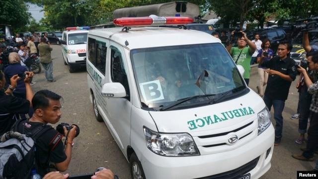 Foto yang diambil Antara Foto ini menunjukkan konvoi ambulans yang membawa peti mati terpidana mati kasus narkoba ke penjara Nusa Kambangan, Cilacap, Jawa Tengah, 17 Januari 2015.