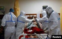 Tenaga kesehatan merawat pasien Covid-19 di Intensive Care Unit (ICU) Rumah Sakit Yatharth di Noida, pinggiran New Delhi, India, 15 September 2020.