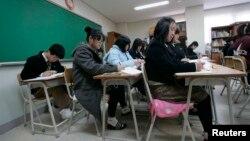 한국에 정착한 북한 출신 학생들이 안성에 있는 탈북 청소년 대안학교인 한겨레중고등학교에서 역사 수업을 듣고 있다. (자료사진)
