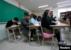 한국 탈북청소년 대안학교인 한겨레학교에서 학생들이 역사 수업을 듣고 있다.