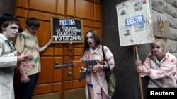 Протест проти російської пропаганди в українських ЗМІ, влаштований активістами у Києві 21 червня 2015 р.