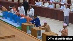 11일 미얀마 상원에서 차기 대통령 선출을 위한 1차 투표가 진행되고 있다.