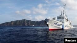 Tàu của Cảnh sát biển Nhật Bản PS206 phía trước đảo Houou, một trong những hòn đảo đang trong vòng tranh chấp với Trung Quốc ở biển Hoa Ðông.