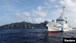 Japan Coast Guard vessel PS206 Houou sails in front of Uotsuri island, one of the disputed islands, called Senkaku in Japan and Diaoyu in China, in the East China Sea, Aug. 18, 2013. (File photo)