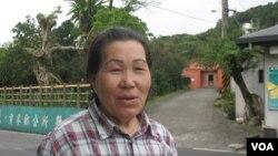 貢寮吳女士在自家祠堂前(美國之音申華拍攝)