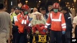 救援人员将渡轮碰撞事故中受伤的乘客送往医院(2015年10月26日)