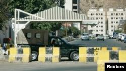 2010年1月4日警方巡逻车驻扎在也门首都萨那外交使团附近