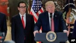 Le président Donald Trump donne une conférence de presse, Steven Mnuchin à ses côtés, le 15 août 2017, à New York.