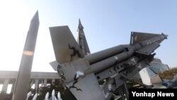 13일 한국 서울 용산구 용산동 전쟁기념관에 전시된 나이키 허큘리스 지대공 미사일 모형. (자료사진)