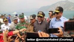 Menkopolhukam Mahfud MD saat melakukan kunjungan kerja ke Kabupaten Natuna, Kepulauan Riau, Rabu, 15 Januari 2020. (Foto: twitter @mohmahfudmd)