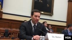 時任美國外交關係委員會高級研究員的拉特納在聽證會上作證(美國之音莉雅資料照)