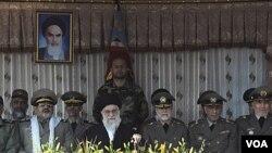 Pemimpin Tertinggi Iran Ayatollah Ali Khamenei (tengah) diapit Komandan Tentara Jendral Ataollah Salehi (tiga dari kanan) dan Kepala Staff Tentara Jendral Hassan Firouzabadi (dua dari kiri) (10/11).