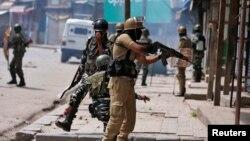 بھارتی کنٹرول کے کشمیر میں ایک سیکیورٹی اہل کار مظاہروں سے جھڑپوں کے دوران نششت باندھ رہا ہے۔ اگست 2017