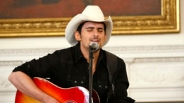 Country singer Brad Paisley performs in the State Dining Room of the White House in Washington July 21, 2009. (File photo)