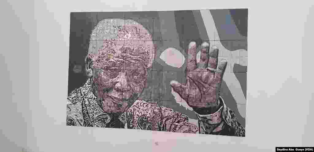 Un portrait de Nelson Mandela à l'exposition de Pape Samba Ndiaye, à Dakar, au Sénégal, le 16 mai 2018. (VOA/Seydina Aba Gueye)