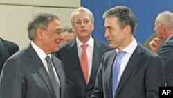 美國國防部長帕內塔(左)和北約秘書長拉斯穆森(右)2日在布魯塞爾舉行的北大西洋公約組織各國防長會議上見面。