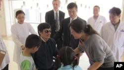 Chen Guangcheng llegó al hospital acompañado por el embajador de Estados Unidos en Bejing, Gary Locke.