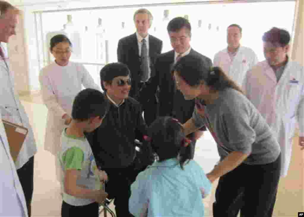 En el mismo Día Mundial de la Libertad de Prensa, hace noticias la historia de Chen Guangcheng, abogado ciego en China que teme sus derechos civiles sean violados en su país. Según Freedom House, China mantiene fuertes controles a la