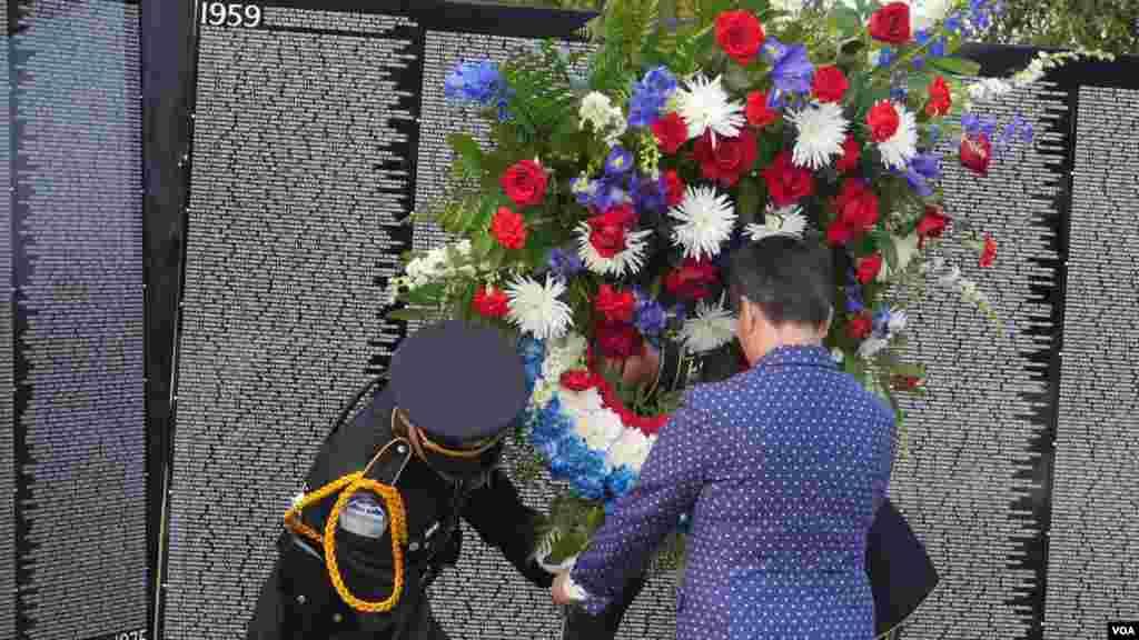 金伯利在越战纪念墙献花(美国之音国符拍摄)