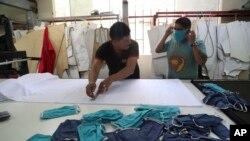 Des employés fabriquent des masques dans une entreprise textile du quartier Gamarra à Lima, au Pérou, le 4 mars 2020. (AP Photo / Martin Mejia)