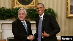 El presidente Barack Obama da la bienvenida a su homólogo chileno en el salón oval de la Casa Blanca.