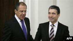 Ngoại trưởng Nga Sergey Lavrov, trái, và người đứng đầu NATO Anders Fogh Rasmussen tại Moscow, Nga, Thứ Tư 3/11/2010