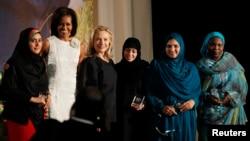 지난해 3월 국무부에서 열린 '용기있는 여성상' 시상식. 힐러리 클린턴 당시 국무장관(왼쪽에서 세번째)과 미셸 오바마 영부인(왼쪽에서 두번째)이 수상자들과 기념촬영을 했다.