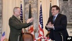 El General John Allen y el ministro de defensa afgano, General Abdul Rahim Wardak, tras la firma del acuerdo.