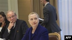 Ngoại trưởng Mỹ Hillary Clinton họp với 1 nhóm người Syria bất đồng chính kiến lưu vong tại Genève, Thụy Sĩ, Thứ Ba, 6/12/2011